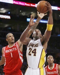 Ariza stops Kobe at the post